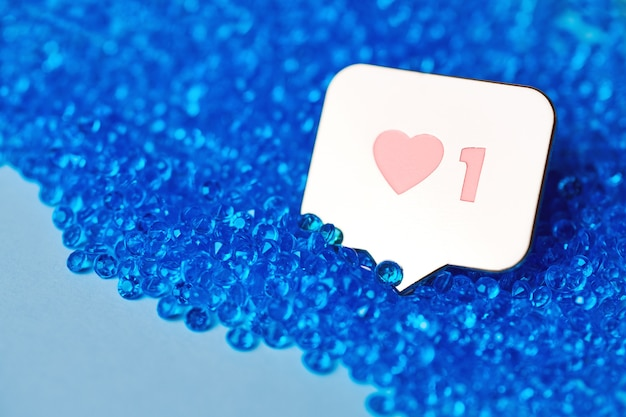 Comme le symbole du coeur. comme le bouton de signe, symbole avec coeur et un chiffre. marketing de réseau de médias sociaux. fond de diamant de paillettes bleues.