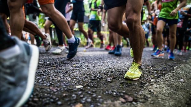 Commencer à courir les pieds des coureurs