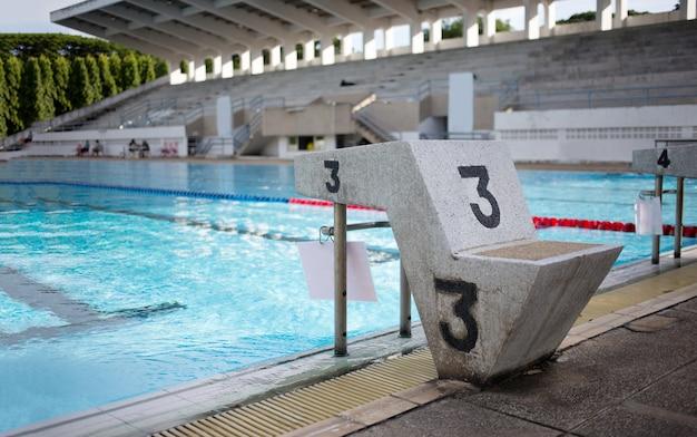 Commencer debout pour le jeu de sport nageur.