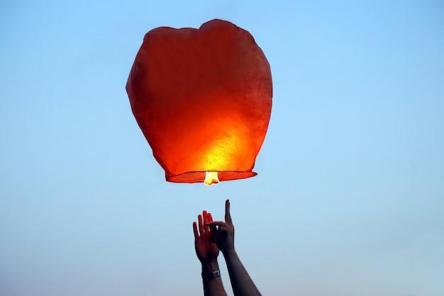 Commencez dans le ciel lanterne de feu en papier