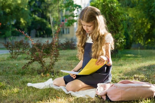 Commencez l'école. petite fille étudiante au primaire