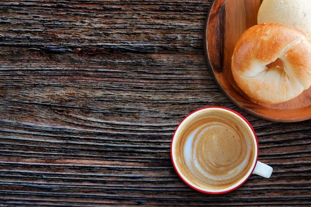 Commencez la journée avec du pain bagel fait maison frais et un café au lait chaud