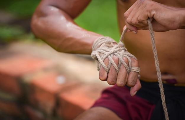 Comment attacher une corde à la main de la boxe ancienne ayutthaya thaïlande
