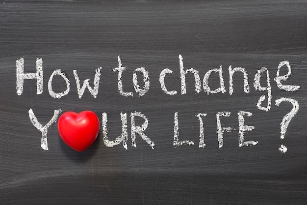 Comment changer votre vie question écrite à la main sur le tableau noir de l'école