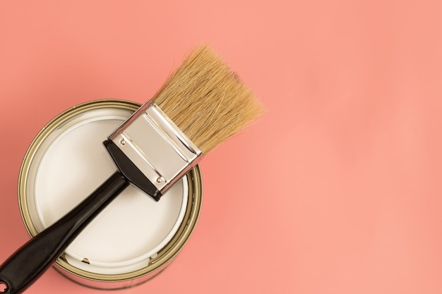 Comment choisir une couleur pour la pièce en comparant la couleur de la peinture de la maison avec différents points i