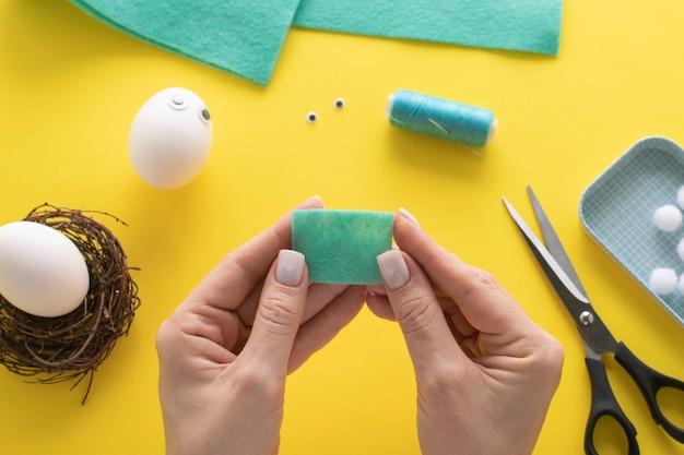 Comment faire un lapin en feutre pour la décoration et le plaisir de pâques. concept de bricolage. instruction étape par étape. étape 5. nous prenons un rectangle.