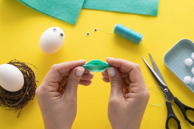 Comment faire un lapin en feutre pour la décoration et le plaisir de pâques. concept de bricolage. instruction étape par étape. étape 7. nous faisons des plis.