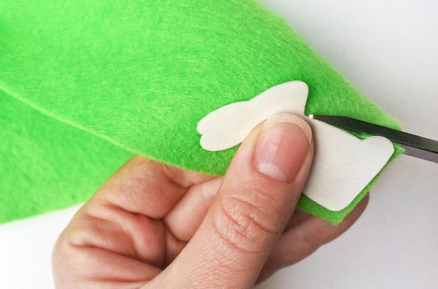 Comment faire un lapin en feutre pour la décoration et le plaisir de pâques. concept de bricolage.
