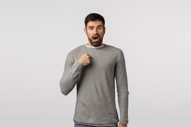 Comment pourriez-vous penser. choqué et offensé, un homme barbu haletant de crainte et d'émerveillement, se montrant interrogé, en détresse et secoué a été blâmé, accusé quelque chose d'horrible