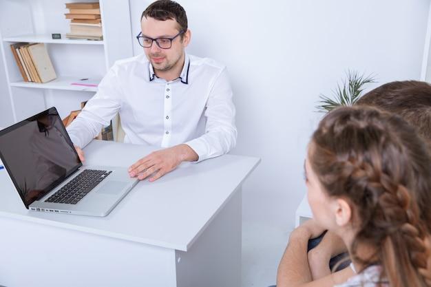 Commerçant professionnel montrant le contrat au couple. notion d'hypothèque.