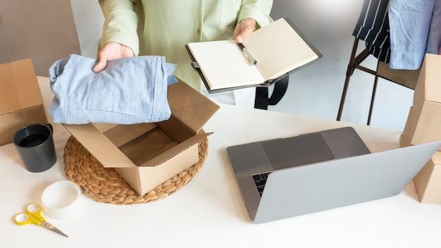 Commerçants d'entrepreneurs de petites entreprises en ligne travaillant au magasin préparant des produits à livrer aux clients, au démarrage et au concept d'entreprise en ligne.