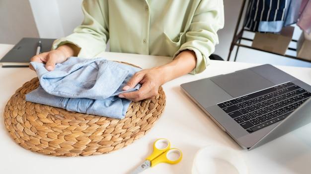 Commerçants d'entrepreneurs de petites entreprises en ligne travaillant au magasin préparant des produits à livrer aux clients