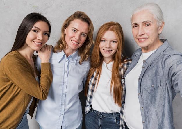 Communauté de belles femmes posant ensemble