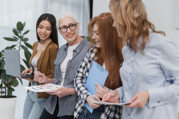 Communauté de belles femmes travaillant ensemble
