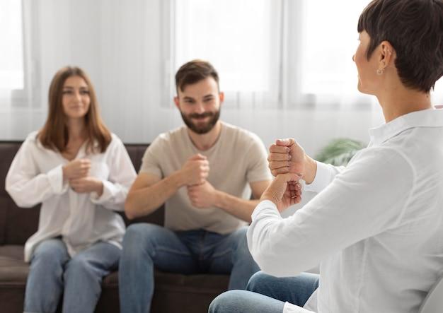 Communauté de jeunes communiquant par la langue des signes
