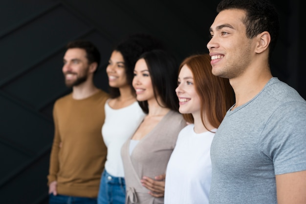 Communauté de jeunes posant ensemble