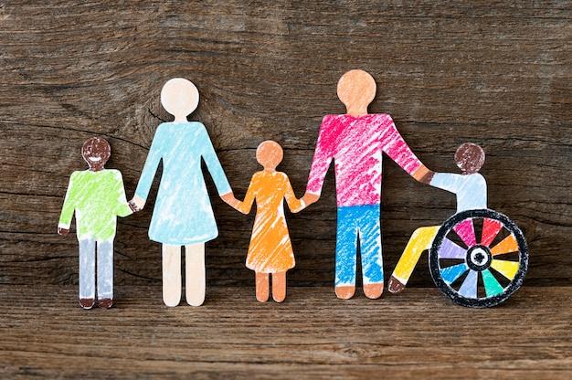 Communauté multiethnique et de personnes différentes se tenant la main