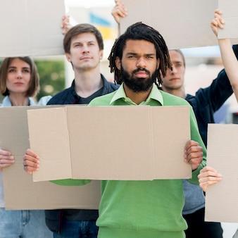 Communauté de personnes noires vit le concept de la matière