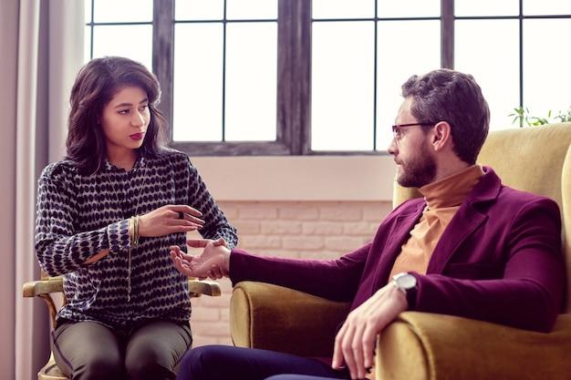 Communication agréable. des gens joyeux et sympathiques qui interagissent les uns avec les autres tout en ayant une séance de divination