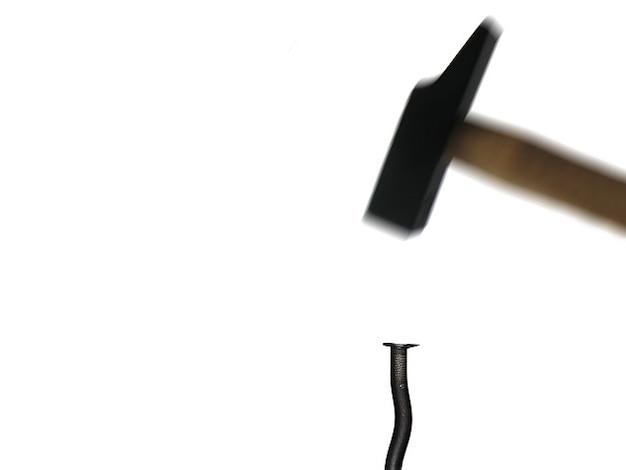 Communication battre marteau clou violente