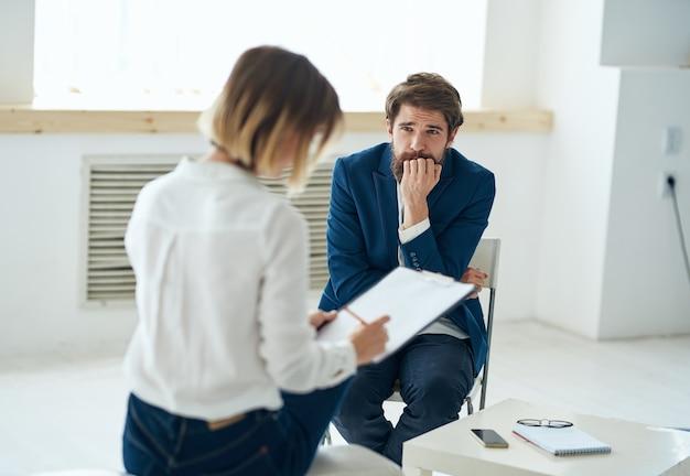Communication de diagnostic de consultation de psychologue femme avec des patients en santé