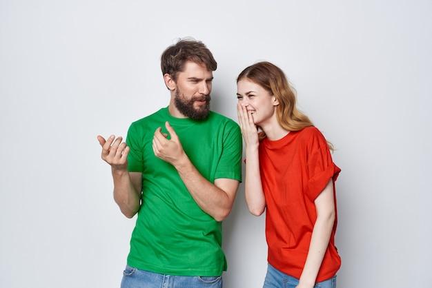 La communication homme et femme s'amusent ensemble fond clair d'amitié