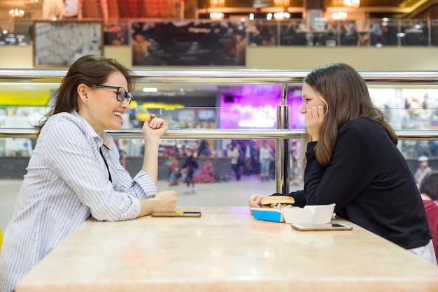 Communication d'une mère adulte et d'une adolescente