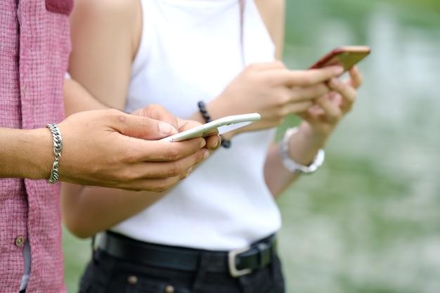 Communication sur mobile pendant l'homme et la femme