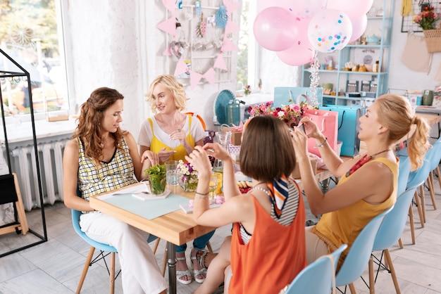 Communication le week-end. quatre beaux meilleurs amis profitant de leur communication le week-end