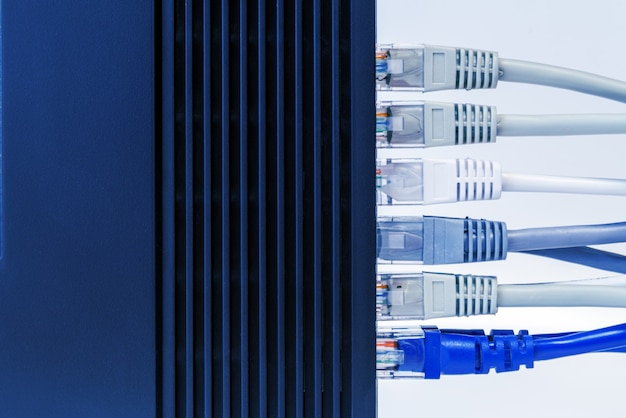 Commutateur réseau et câbles ethernet, concept de centre de données.