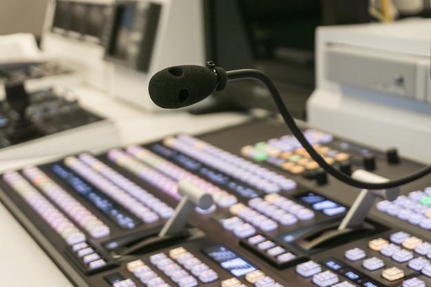 Commutateur vidéo flou de l'émission de télévision, travaillant avec le mélangeur vidéo et audio