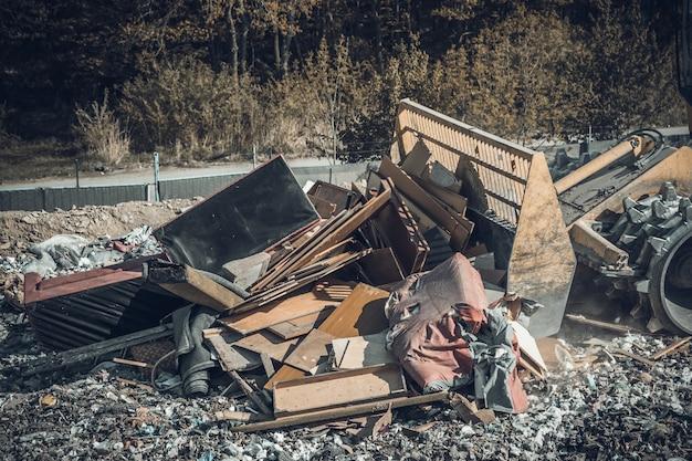 Compacteur dans une décharge de traitement des déchets municipaux.