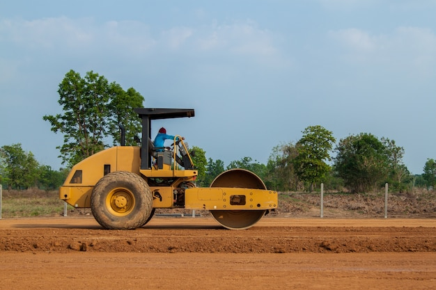 Compacteur à rouleaux vibrant travaillant sur le nouveau chantier de construction de route