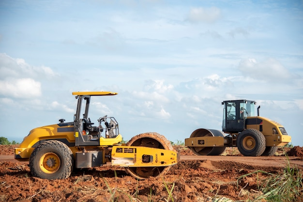Compacteur de sol vibrant jaune travaillant sur le chantier routier