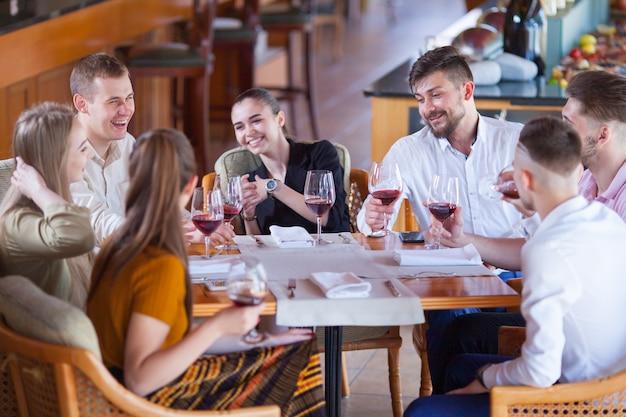 Compagnie d'amis fête sa rencontre dans un restaurant.