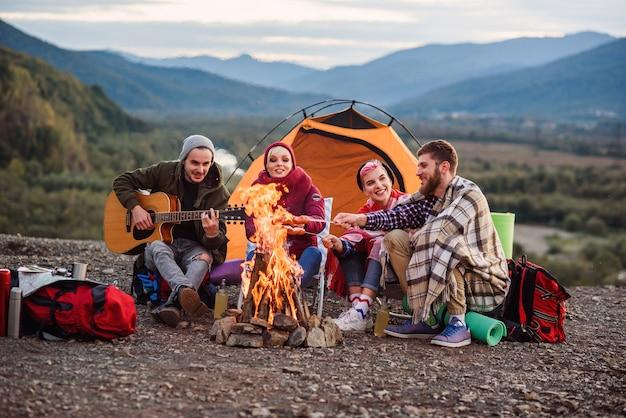 Compagnie de jeunes amis ayant un pique-nique à la montagne