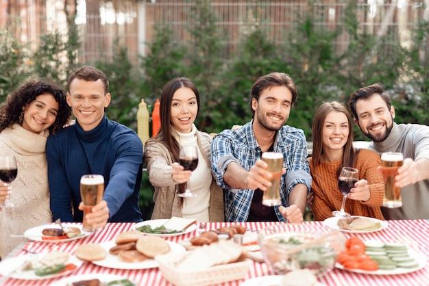 Une compagnie de jeunes s'est réunie pour un barbecue.