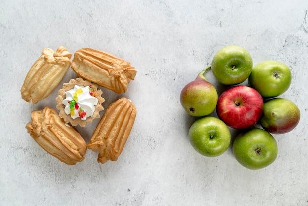 Comparaison d'aliments sains et malsains sur une surface rugueuse