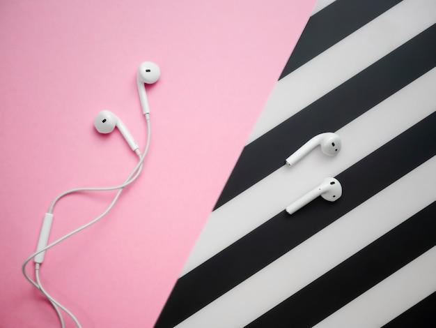 Comparaison de deux pointes d'écouteurs sur noir et rose