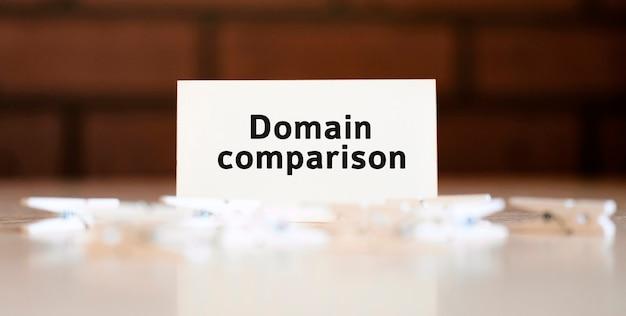 Comparaison de domaine - texte seo du concept d'entreprise sur la liste blanche et avec des pinces à linge