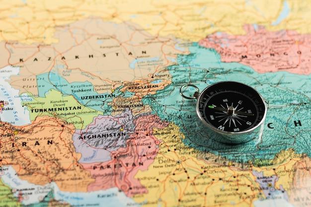 Compas magnétique sur la carte.
