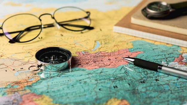 Compas magnétique et stationnaire sur la carte.
