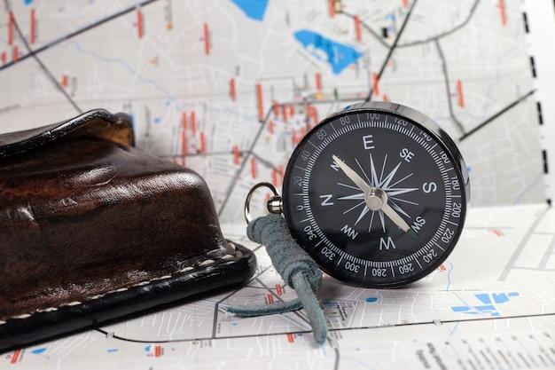 Compas de navigation à côté de la carte