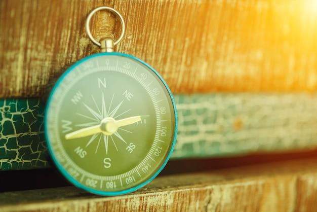 Compas vintage avec fond de lumière du soleil. voyage coccept.