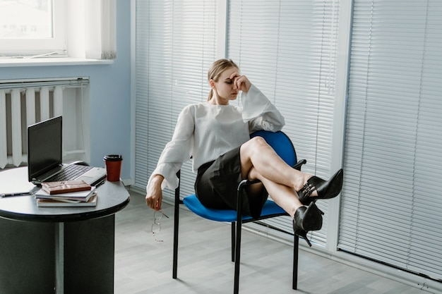 Compétences multitâches les employeurs travaillent l'épuisement professionnel fatigué au travail jeune femme d'affaires blonde occupée avec beaucoup