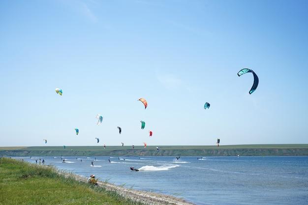 Compétition de kitesurf, beaucoup de cerfs-volants dans le ciel