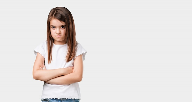 Complet du corps petite fille très en colère et contrariée, très tendue, hurlant furieuse, négative et folle