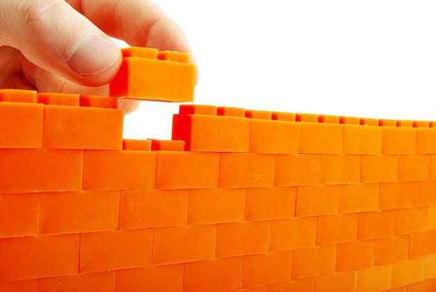 Compléter le mur sur un fond blanc
