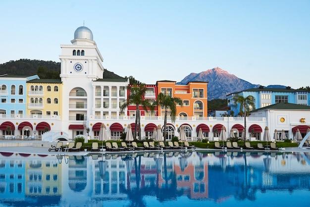 Complexe de divertissement de type. la station balnéaire populaire avec piscines et parcs aquatiques en turquie. hôtel de luxe. recours.