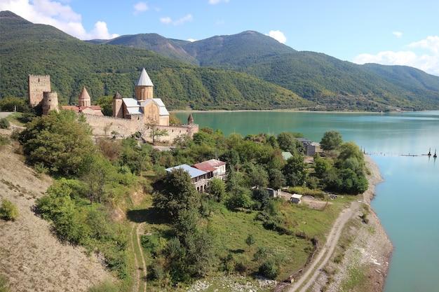 Complexe du château médiéval d'ananuri, un site magnifique sur la rive du fleuve aragvi, géorgie